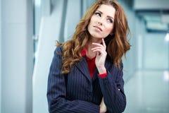 Portrait d'une jeune femme d'affaires souriant, en EN de bureau Image stock