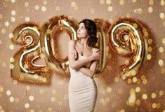 Portrait d'une jeune femme dans la robe nue s sous le boke ayant l'amusement avec le ballon de l'or 2019 photos libres de droits