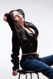 Portrait d'une jeune femme dans la veste en cuir Photo stock