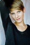 Portrait d'une jeune femme dans le chandail noir Photographie stock libre de droits