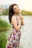 Portrait d'une jeune femme de brune Photographie stock libre de droits