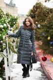 Portrait d'une jeune femme de brune dans la longue veste de bas photographie stock libre de droits