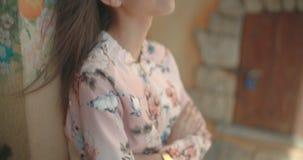 Portrait d'une jeune femme de couleur à l'arrière-plan urbain clips vidéos