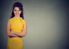 Portrait d'une jeune femme de sourire dans la robe jaune Photographie stock libre de droits
