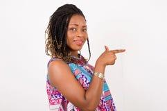 Portrait d'une jeune femme dirigeant un doigt Photo libre de droits
