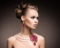 Portrait d'une jeune femme en bijoux luxueux Photos stock