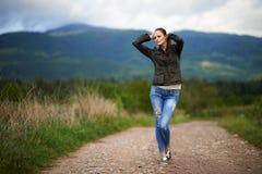 Portrait d'une jeune femme extérieure Photographie stock