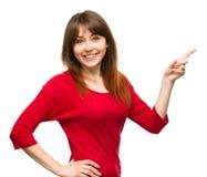 Portrait d'une jeune femme indiquant la droite Photographie stock libre de droits