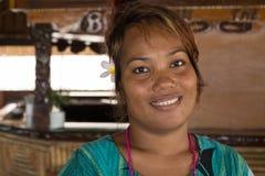 Portrait d'une jeune femme mélanésienne à la barre de bambou d'hôtel de Gizo photo libre de droits