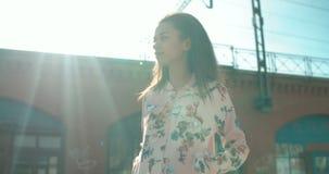Portrait d'une jeune femme marchant dans les rues de ville banque de vidéos