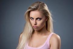 Portrait d'une jeune femme mécontente Photographie stock libre de droits