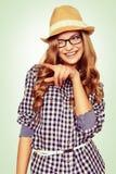 Portrait d'une jeune femme mignonne avec la tenue occasionnelle indiquant Images stock