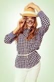 Portrait d'une jeune femme mignonne avec la tenue occasionnelle regardant au-dessus de elle Images libres de droits