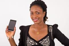 Portrait d'une jeune femme montrant un téléphone portable Photographie stock
