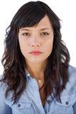 Portrait d'une jeune femme sérieuse photographie stock libre de droits