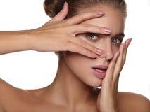 Portrait d'une jeune femme sans maquillage image stock