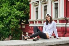 Portrait d'une jeune femme sur une rue de ville image libre de droits