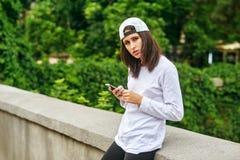 Portrait d'une jeune femme sur une rue de ville utilisant un smartphone image libre de droits