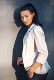 Portrait d'une jeune femme surious Image libre de droits