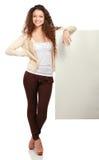 Portrait d'une jeune femme tenant la carte vierge - Photo stock