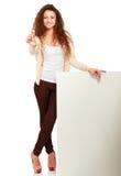 Portrait d'une jeune femme tenant la carte vierge et Photographie stock libre de droits