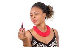Portrait d'une jeune femme tenant le rouge à lèvres Image stock