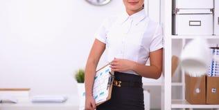 Portrait d'une jeune femme travaillant au bureau Photos stock