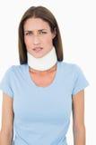 Portrait d'une jeune femme utilisant le collier cervical Photographie stock