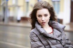 Portrait d'une jeune fille élégante de brune dans de gris une veste vers le bas photos stock