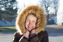 Portrait d'une jeune fille/d'adolescent en parc ; regard heureux Photos libres de droits