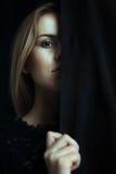 Portrait d'une jeune fille avec la peau propre sur un fond noir Photographie stock libre de droits