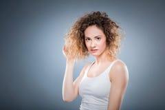 Portrait d'une jeune fille avec les cheveux bouclés Photographie stock
