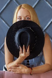 Portrait d'une jeune fille avec un chapeau noir Image stock
