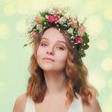 Portrait d'une jeune fille dans une guirlande des roses Photo libre de droits