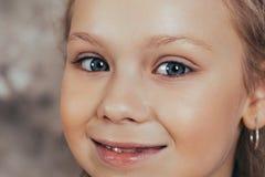 Portrait d'une jeune fille de sourire dans une robe rouge et avec une belle coiffure Projectile de studio photos stock