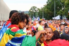 Portrait d'une jeune fille enveloppée dans le drapeau du Brésil Dans le dossier de photo stock