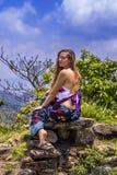 Portrait d'une jeune fille heureuse et d'une maxi jupe florale habill?e avec le dessus photographie stock libre de droits