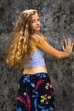 Portrait d'une jeune fille heureuse et d'une maxi jupe florale habill?e avec le dessus photo stock