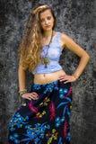 Portrait d'une jeune fille heureuse et d'une maxi jupe florale habill?e avec le dessus images libres de droits