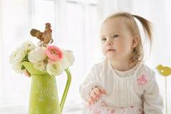 Portrait d'une jeune fille mignonne avec syndrome de Down Photographie stock libre de droits