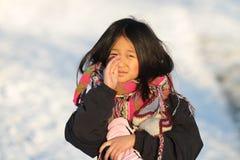 Portrait d'une jeune fille mignonne regardant la caméra photo stock