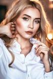 Portrait d'une jeune fille regardant dans la caméra Modèle posant dans une chemise blanche photo stock