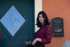 Portrait d'une jeune fille sur un fond d'une porte en bois de couleur verte photos libres de droits