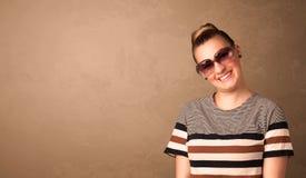 Portrait d'une jeune jolie femme avec les lunettes de soleil et le copyspace Image stock