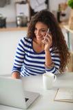 Portrait d'une jeune jolie femme parlant le téléphone Images libres de droits