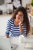 Portrait d'une jeune jolie femme parlant le téléphone Photographie stock libre de droits