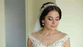 Portrait d'une jeune mariée aux yeux bleus mignonne dans une robe l'épousant clips vidéos