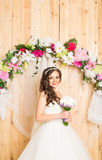 Portrait d'une jeune mariée avec le bouquet de mariage Photographie stock libre de droits