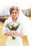 Portrait d'une jeune mariée avec le bouquet de mariage photos libres de droits