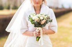 Portrait d'une jeune mariée avec le bouquet de mariage photo libre de droits